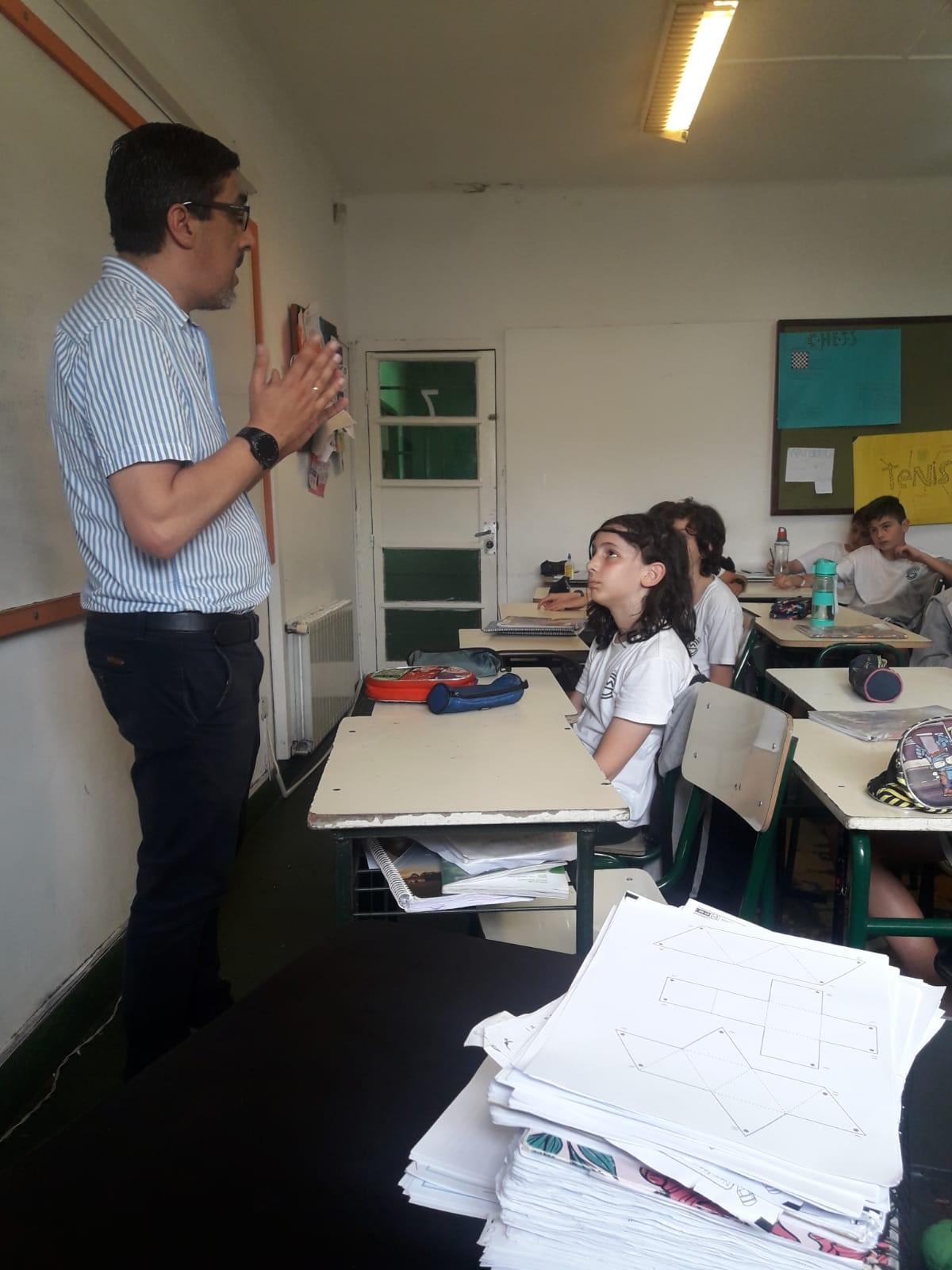 6to año de Primaria: visita del papá de Juan Portillo explicando como se desarrolla un debate.