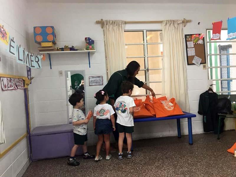 Gabriela Mistral entrega carpetas nivel 3 mat 2